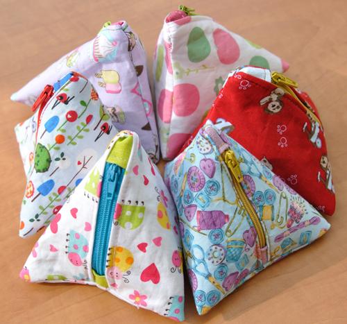 Lees meer over het artikel Driehoektasjes (met een Giveaway) – Triangle minibags (with Giveaway)